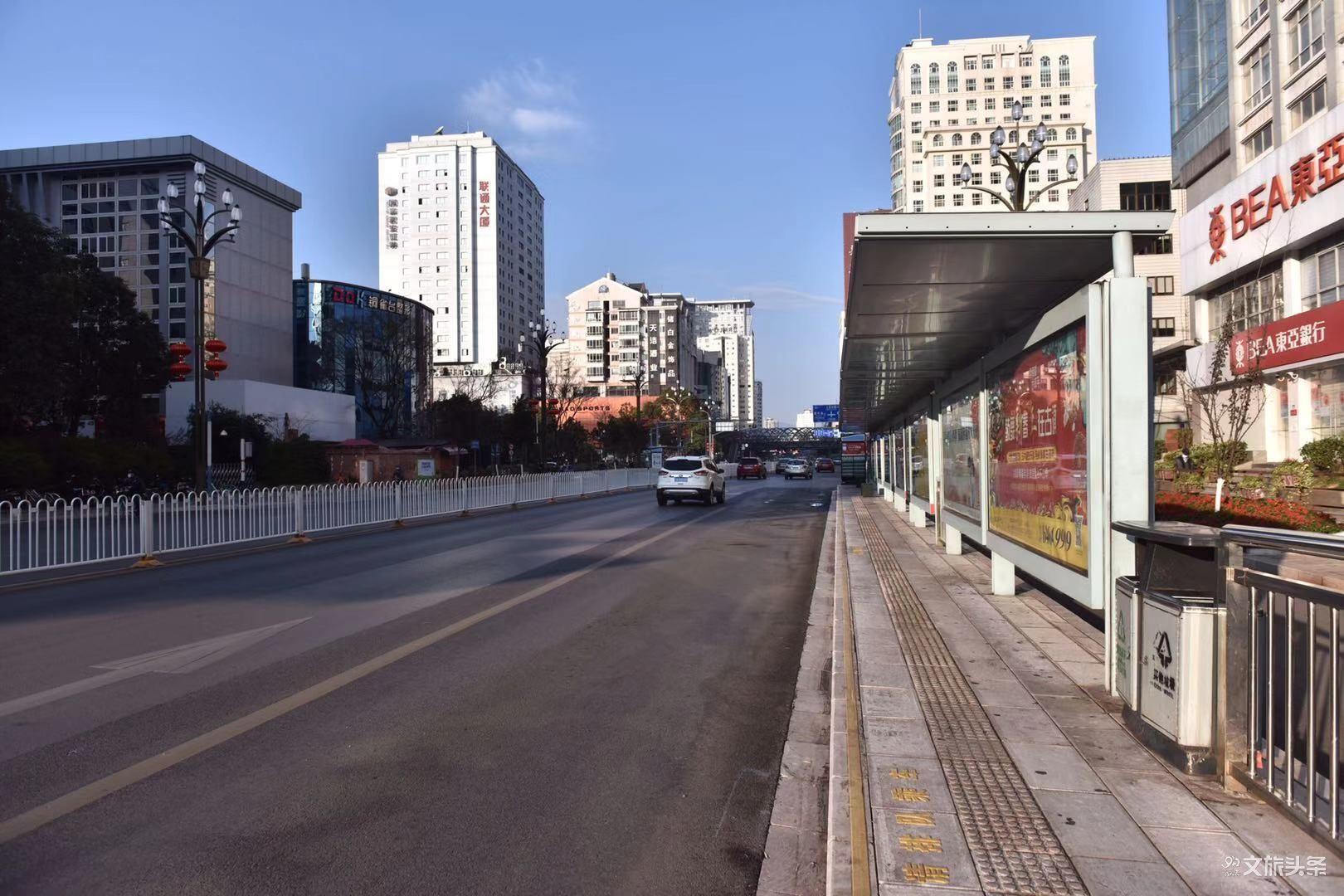 2月3日,一些行业开始复工,早高峰时的昆明城。