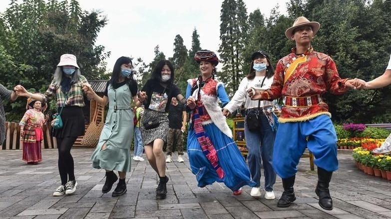 图集 | 欢歌迎国庆 民族村里玩场多