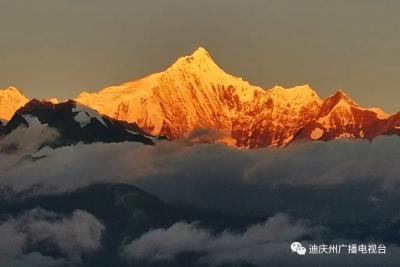 """今晨,迪庆梅里雪山再现""""日照金山""""壮观景象!"""