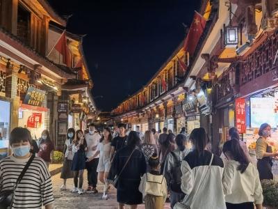 今晚丽江古城景区瞬时游客人数达71676人 启动三级预警