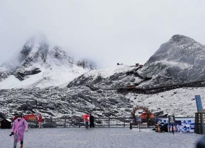 下雪啦下雪啦!丽江玉龙雪山深秋初雪惊喜而至